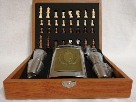 Sárgaréz koszorús Magyar címeres fém flaska szett, sakk készlettel