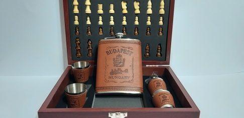 Műbőr kötéses flaska szett + sakk készlet